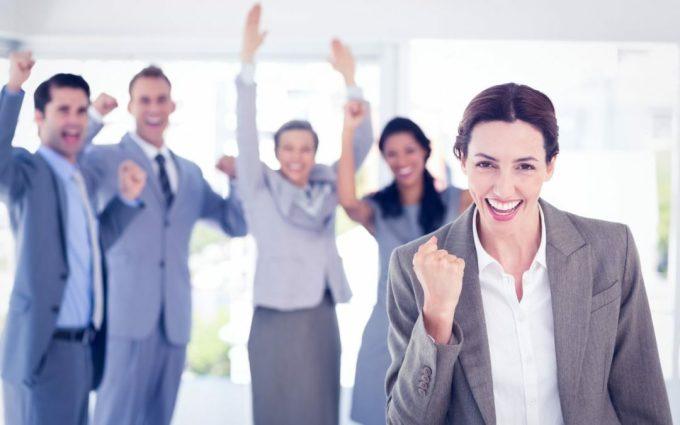 Một nhân viên không quá quan tâm đến việc mình có gì, sẵn sàng chia sẻ lợi ích với những người xung quanhthực sự là một nhân viên giá trị. Ảnh: Freepik.com