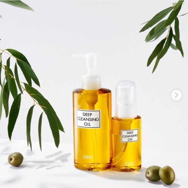Dầu tẩy trang Olive DHC Deep Cleansing Oil dung tích 120 ml hiện có giá 455.000 đồng trên Shop VnExpress. Sản phẩm giúp làm sạch sâu, loại bỏ các bụi bẩn và cặn make-up còn bám lại trên da mà không gây nhờn rít sau khi sửu dụng. Dầu tẩy trang phù hợp với hầu hết mọi loại da với thành phần có nguồn gốc hữu cơ thuần khiết. Tinh chất dầu olive 100% hữu cơ, không chứa những tạp chất bất lợi cho da như hương hoá học, dầu khoáng hay paraben nên không bị oxi hóa, thích hợp với cả những làn da nhạy cảm.