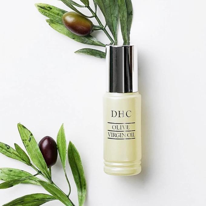 Tinh chất dưỡng da DHC Olive Virgin Oil có khả năng hòa quyện với nước, giúp thẩm thấu sâu vào da, dung hòa với những thành phần mỹ phẩm khác và mang lại cảm khác khô thoáng sau khi sử dụng.Dầu olive nguyên chất có thể sử dụng để chăm sóc da mặt, tóc và cơ thể. Sản phẩm phù hợp với trẻ em, những người có làn da nhạy cảm, phái mạnh cũng có thể sử dụng dòng sản phẩm dịu nhẹ này. Tinh chất dưỡng da chai 7 ml có giá 280.500 đồng, giảm 15% so với giá gốc.