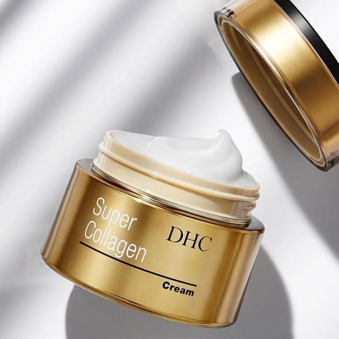 Kem dưỡng da DHC Super Collagen Cream sở hữu thành phần gồm dưỡng chất dipeptide-8, chứa hàm lượng collagen tinh khiết cao.DHC Siêu Collagen còn là sự kết hợp của của thành phần làm đẹp thiên nhiên như glipin (chiết xuất nấm maitake), dẫn xuất vitamin C tinh khiết... giúp làn da mịn màng, trẻ hóa. Sản phẩm có tác dụngkhóa ẩm và lưu giữ lượng ẩm cho da cả ngày. Kem dưỡng DHC có giá 1,478 triệu đồng, giảm 15% so với giá gốc.