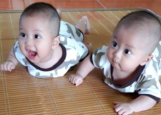 Hai cậu bé được 6 tháng tuổi, đã biết hóng chuyện mỗi lúc bố gọi về. Ảnh: Nhân vật cung cấp.