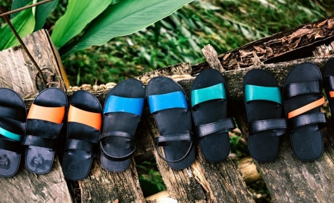 Những đôi dép nữ có màu sắc đa dạng được sáng tạo phù hợp với kiểu dáng hiện đại, thu hút khách mua hàng. Ảnh: Nhân vật cung cấp.