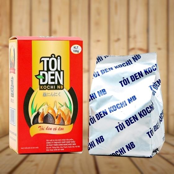 Tỏi đen Kochi cô đơn ngâm rượu, ngâm mật ong 100 g giảm 18% còn 135.000 đồng có vị ngọt đậm, mềm dẻo, mùi thơm dễ chịu, bảo quản dễ dàng, hàm lượng hoạt chất cao.Thực phẩm này không phải là thuốc và không có tác dụng thay thế thuốc chữa bệnh.