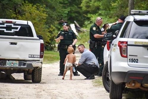 Cậu bé tự kỷ được tìm thấy sau khoảng 2 giờ thất lạc. Ảnh: WJHG.