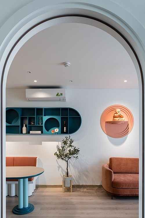 Phòng khách ngăn với phòng ăn bằng một chậu cây. Ảnh: Quang Trần.