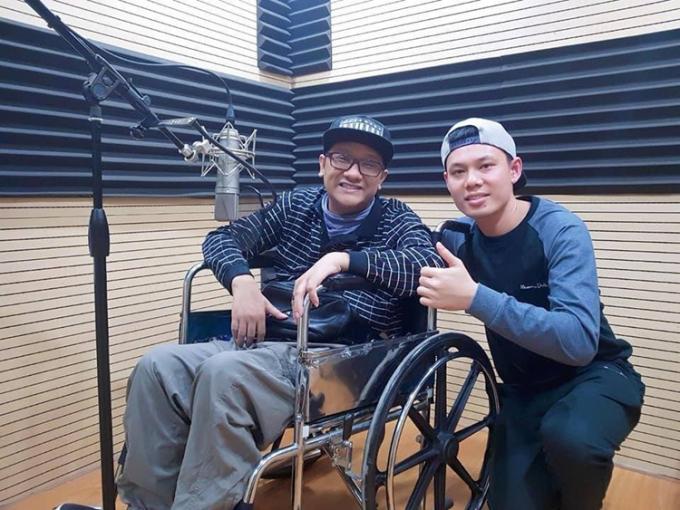 Bốn năm nay, mỗi năm, anh Tuấn đều cùng với bạn thân của mình đi thu âm ca khúc do anh tự sáng tác. Ảnh: Nhân vật cung cấp.