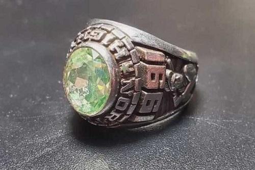 Tìm cách trả lại chiếc nhẫn nhặt được 27 năm trước