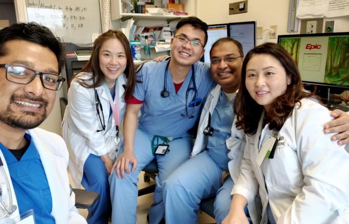 Trung Lê cùng đồng nghiệp tại khoa Hồi sức tích cực, khi là bác sĩ nội trú năm 2. Ảnh: Nhân vật cung cấp.