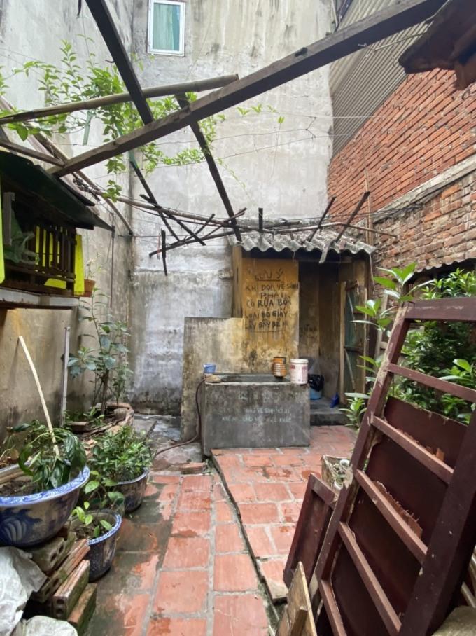 8 gia đình phố cổ dùng chung nhà tắm