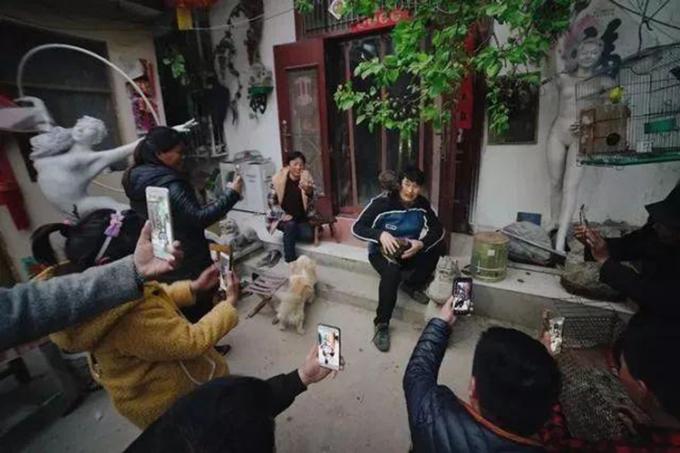 Dù Chu Chí Văn có hoạt động gì trong ngày cũng được nhiều người dân ghi lại, từ đứa trẻ 7 tuổi cho đến các cụ già 70 tuổi. Ảnh: sina.