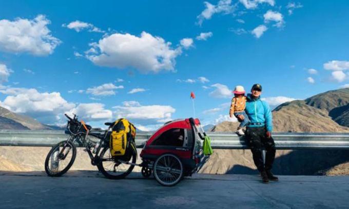 Bố con nhà Đầu Hạo Bội đã vượt qua chặng đường hơn 4.000km để đến được Tây Tạng. Đây là nơi mà ông bố một con muốn đến từ lâu nhưng chưa có cơ hội. Ảnh: qq.