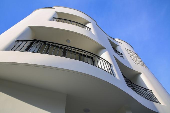 Các ban công hình thành từ những đường cong này giúp gia chủ có nhiều chỗ ngắm cảnh mà không bị nắng. Ảnh: Kaa Architects.