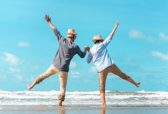 Một cặp vợ chồng già trên bãi biển. Ảnh: Stock.