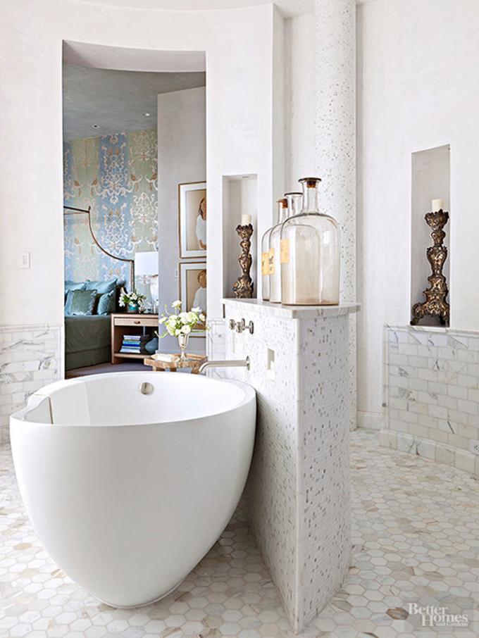 Thiết kế một nửa bức tường trong trung tâm phòng mang lại sự riêng tư cho khu vực lắp bồn tắm.