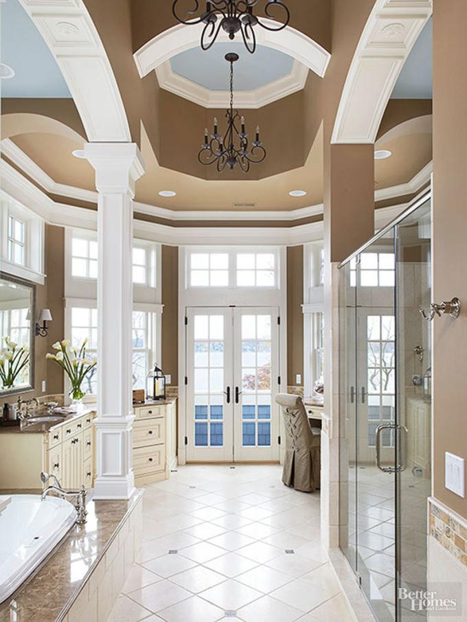 Phòng tắm có nhiều cửa, giúp không gian có ánh sáng tự nhiên vào ban ngày. Tường nhà, nội thất có gam màu trắng, giúp không gian trở nên rộng rãi.