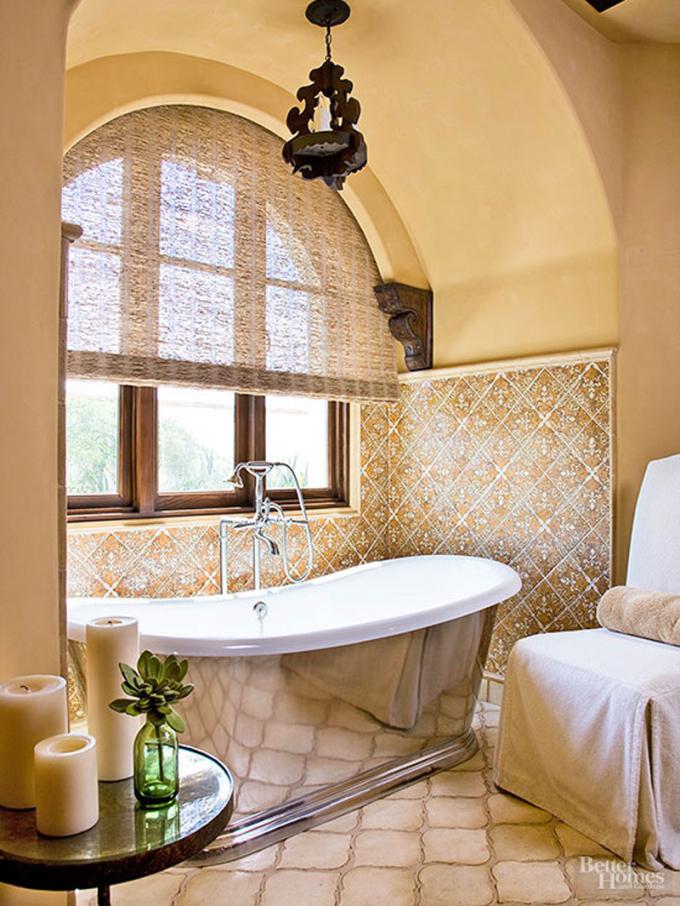 Chân tường lát gạch gam màu vàng óng ánh, trần nhà hình vòng cung, bồn tắm bố trí cạnh cửa sổ giúp gia chủ thư giãn khi tắm sau một ngày làm việc, học tập. Không gian tiện nghi khi bố trí chiếc ghế nhỏ, gia chủ có thể để khăn tắm trên ghế.