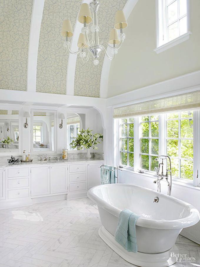 Trần nhà tắm thiết kế hình vòm, thêm điểm nhấn bằng giấy dán tưởng giúp không gian rộng và cao hơn. Phòng tắm bố trí thêm cửa sổ lớn đón ánh sáng, tạo cảm giác gần gũi với thiên nhiên, đem lại cho gia chủ cảm giác thư giãn khi bước vào.