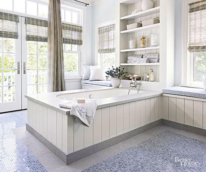Thiết kế cửa lớn như một bức tường cho phép người tắm có thể nhìn cảnh sắc bên ngoài. Không gian có tường, nội thất màu trắng, thiết kế thêm các ngăn tủ đựng đồ: khăn tắm, dầu gội, tinh dầu...