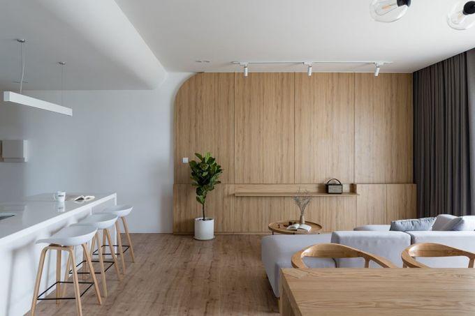 Hệ tủ vách cất chứa mọi đồ đạc ở phòng khách. Ảnh: Quang Trần.