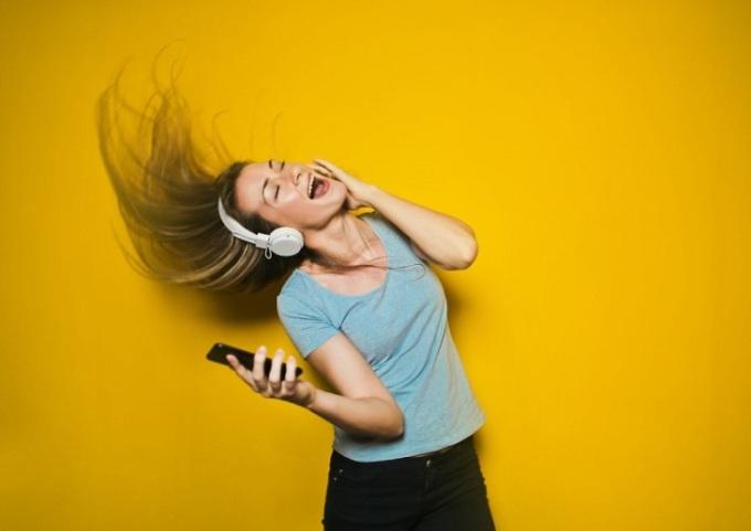 Nghe nhạc được cho là giải pháp giúp bạn mua sắm thông minh. Ảnh: : Unsplash.