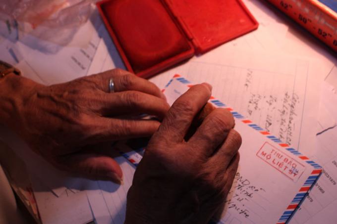 Năm 2007, khi trình bày xong kế hoạch viết thư thông báo nơi an nghỉ của các liệt sỹ với lãnh đạo huyện, ông Xuân đạp xe từ nhà lên phố Hàng Gai, cách hơn 17km để đặt hai con dấu khắc tên mình và dòng chữ THƯ BÁO MỘ LIỆT SĨ. Có con dấu này, thư ông gửi ở bưu điện nào cũng trót lọt, không cần tem. Ảnh: Phạm Nga.