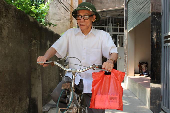 Trước đây, bưu điện cách nhà hơn 2km, nhưng hiện nay, bưu điện mới xây cách nhà ông Xuân chỉ năm phút đạp xe. Tôi xem công việc này là thú vui của mình, mà vui là không mệt. Mọi người bảo tôi liệt sỹ phù hộ cho nên tuổi cao vẫn khỏe khoắn, minh mẫn, ông cười nói. Ảnh: Phạm Nga.