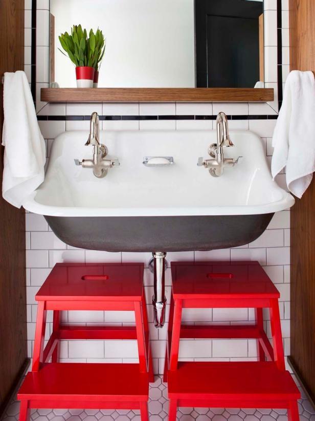 Gia đình hãy tìm một bồn rửa lớn hơn, với hai vòi nước, đây là một các để tạo ra tạo ra 2 khu vực đánh răng . Để các bé thuận tiện vệ sinh cá nhân, cha mẹ lắp thêm ghế.