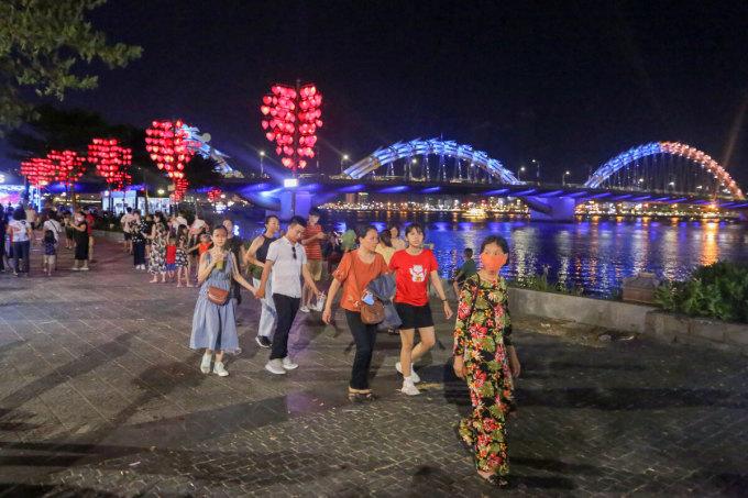 Vào buổi tối, các điểm tham quan thành phố như cầu Rồng, cầu Tình Yêu ven sông Hàn tấp nập du khách khi chưa có lệnh giãn cách xã hội. Ảnh: Nguyễn Đông.