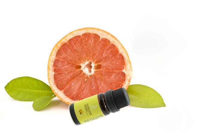 Tinh dầu vỏ bưởi của Julyhouseđược sản xuất bằng phương pháp chưng cất hơi nước, chứa một lượng lớn vitamin C kích thích sản sinh collagen, tăng độ đàn hồi da, tóc. Lọ thủy tinh chứa 10 ml đang được bán ưu đãi với giá 49.000 đồng.