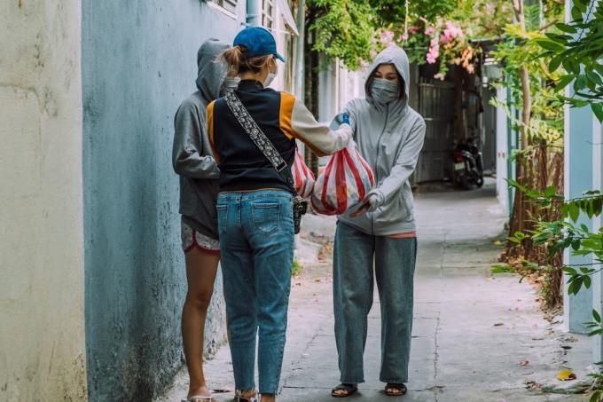 Nhóm bạn của Thành An chia nhau chở những phần quà gồm mì gói, nước suối đến trao tận tay những bạn sinh viên khó khăn. An mong muốn sẽ hỗ trợ kịp thời những hoàn cảnh khó khăn trong những ngày giãn cách xã hội.  Ảnh: Thành An.