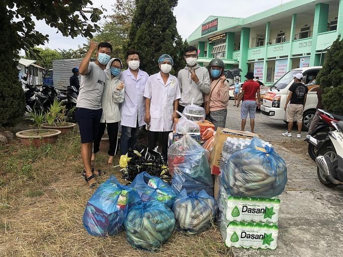 Nhóm của Vĩnh tặng nhu yếu phẩm quyên góp được cho bệnh viện Phổi Đà Nẵng sáng ngày 30/7. Ảnh: Đào Vĩnh.
