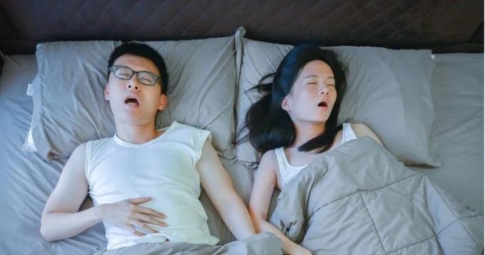 Có nhiều lí do khiến các cặp vợ chồng ngủ riêng. Một số người khó chịu vì người vợ/ chồng ngáy hay đạp trong khi ngủ. Ảnh: Theasiaparent.