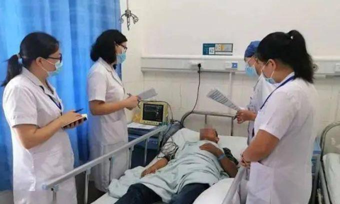 Ông bố họ Tạ bị xuất huyết não khi nhập Bệnh viện nhân dân tỉnh Hồ Nam.