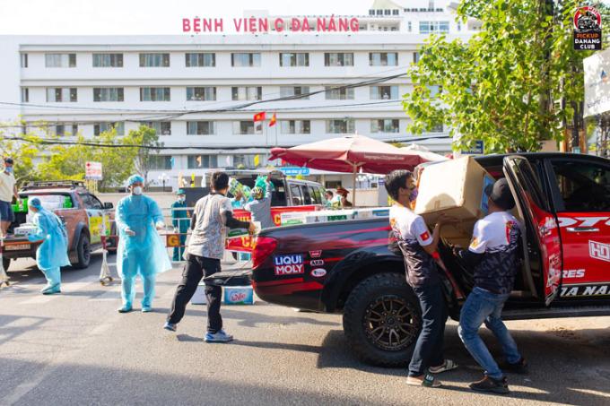 Các thành viên trong CLB xe bán tải Đà nẵng vận chuyển nhu yếu phẩm đến bệnh viện C Đà Nẵng. Ảnh: Truyền thông PCD.