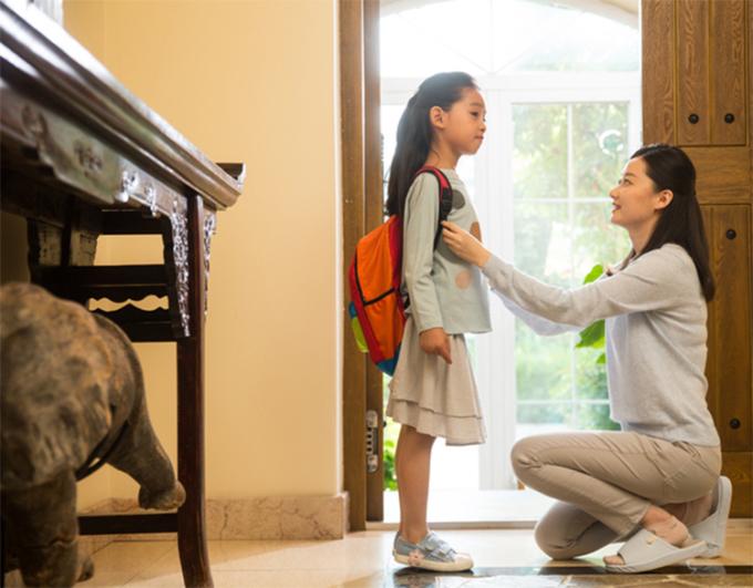 Trả lời câu hỏi Tại sao bố mẹ phải đi làm chưa bao giờ dễ dàng đối với cha mẹ để không làm tổn thương trẻ. Ảnh: sohu.