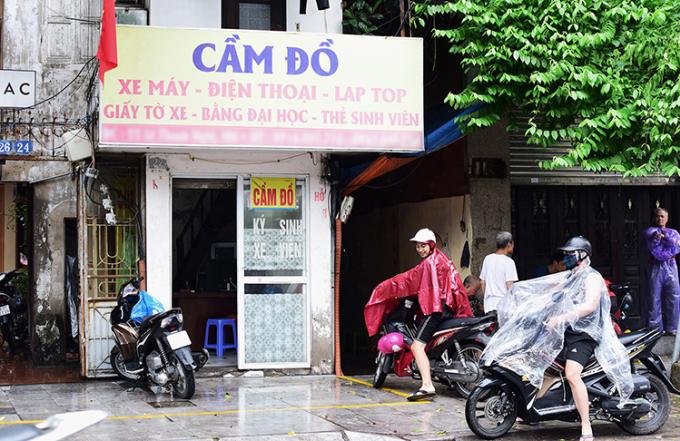 Một tiệm cầm đồ gần trường đại học tại Hà Nội.