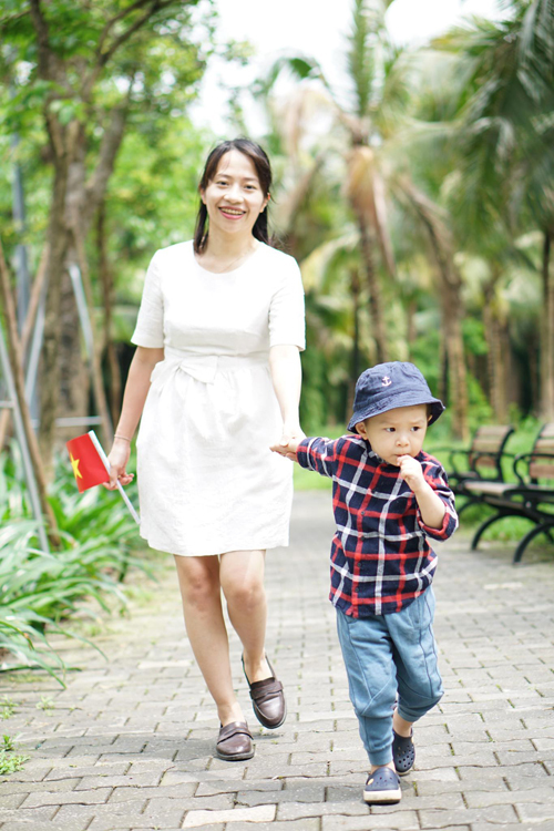 Chị Diệp và con trai dạo bộ trong công viên.