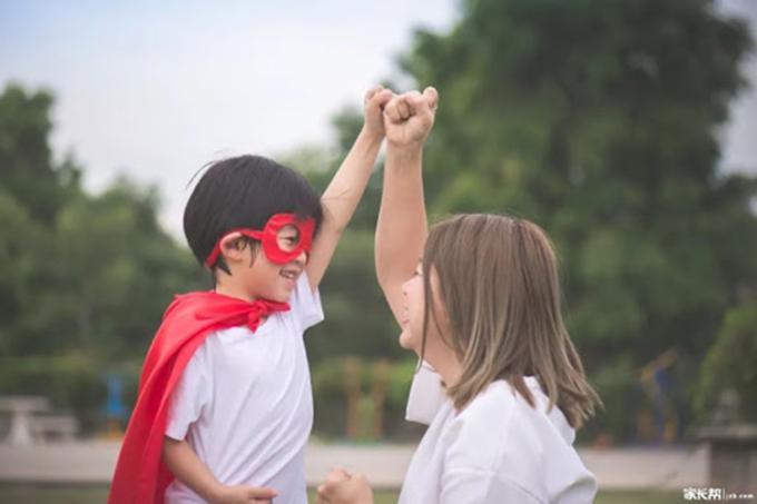 Nhiều bố mẹ dạy con rằng Là con trai phải mạnh mẽ, nhưng dường như câu nói đó vô tình gài gông cù vào tâm hồn của nhiều bé trai.
