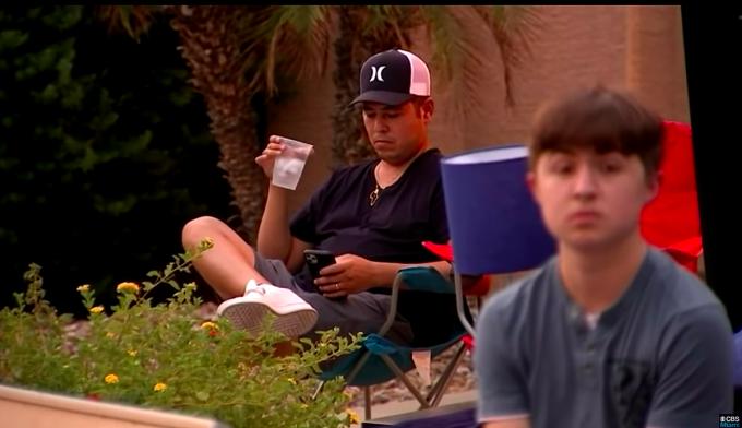 Anh Ramon ngồi phía sau suốt thời gian con phải thi hành hình phạt. Ảnh: Fox10.