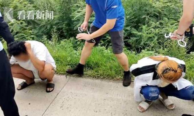 Cảnh sát Thượng Hải bắt giữ Vũ và bạn trai sau khi lừa tiền ông Trương ngày 28/7/2020.