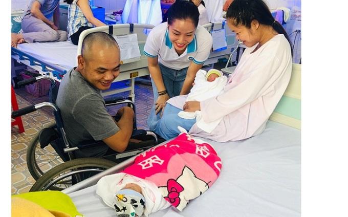 Vợ chồng anh Can hạnh phúc đón hai con gái chào đời tại bệnh viện Hà Nội. Ảnh: Nhân vật cung cấp.