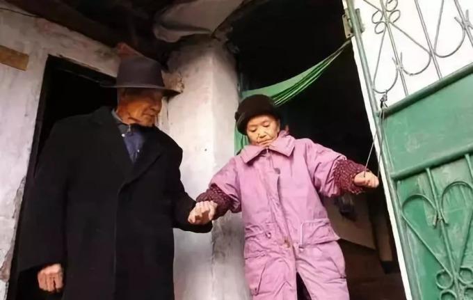 Ông Qiu và bà Li thành vợ chồng sau 60 năm lưu lạc. Ảnh: QQ.