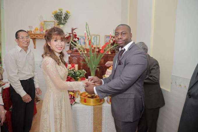 William và vợ trong ngày đính hôn. Họ được gia đình, người thân chúc phúc. Ảnh: Nhân vật cung cấp.