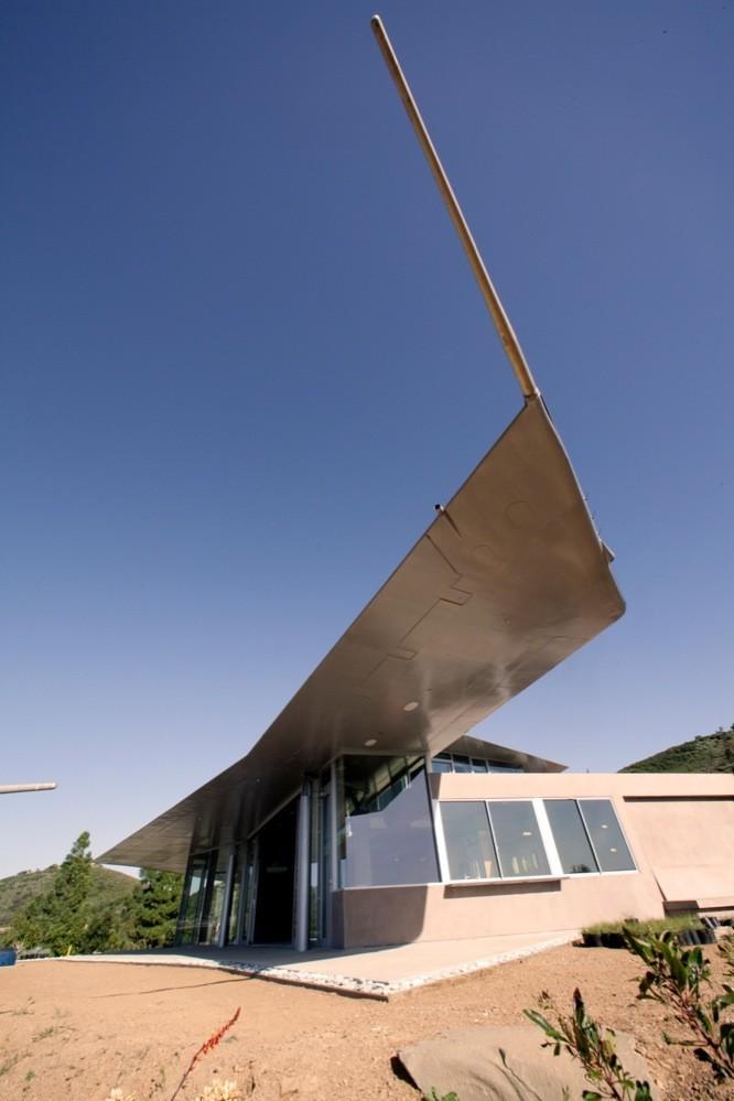 Một phần đuôi máy bay được dùng làm mái cho phòng ngủ master. Ảnh: