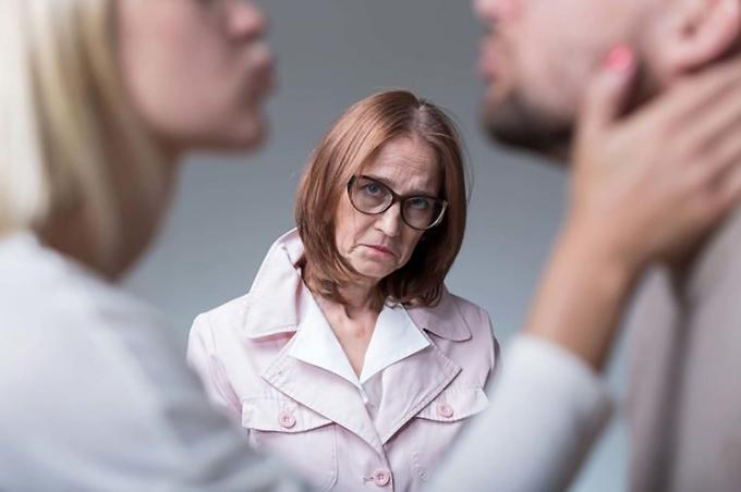 Sự khác biệt về văn hóa, lối sống gây nên tình huống dở khóc, dở cười giữa mẹ chồng, nàng dâu. Ảnh: Shutterstock.