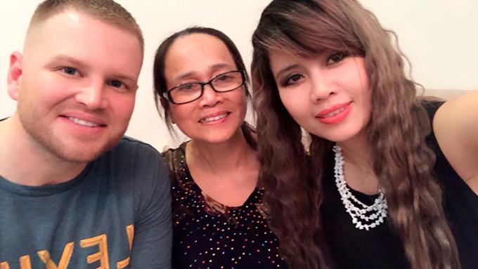 Vợ chồng anh Jonathan và bà Hạnh (ở giữa). Trước khi kết hôn với chị Thu Hà - người đã ly hôn, có hai con gái, anh Jonathan độc thân, là cựu binh Mỹ từng tham chiến ở Iraq. Ảnh: Nhân vật cung cấp.