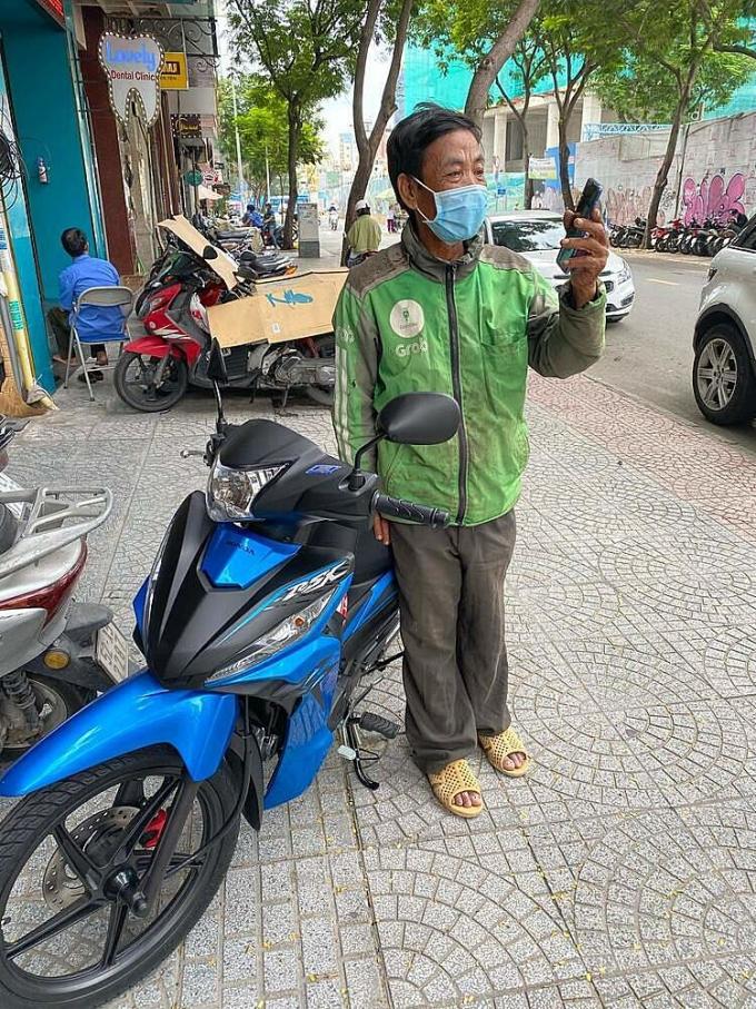 Chiếc xe máy và điện thoại mới ông Hải nhận được từ cộng đồng mạng sau lời kêu gọi giúp đỡ của Trúc Phương. Ảnh: Trúc Phương.