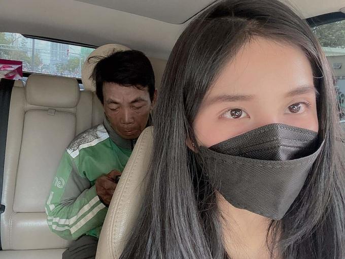 Trúc Phương dẫn ông Hải đi mua xe máy, điện thoại và đi siêu thị mua quần áo mới từ số tiền cô quyên góp được. Ảnh: Trúc Phương.