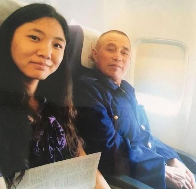 Tinh Tinh và cha nuôi của mình Tiêu Sung Dương khi cô đón ông từ Hồ Bắc lên Thượng Hải để chăm sóc.