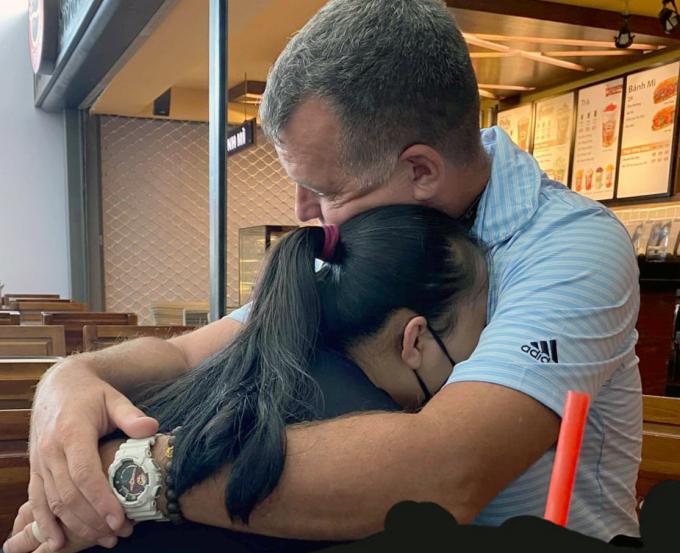 Anh Eric và vợ, chị Khánh Linh quyến luyến rời xa nhau trước ngày Việt Nam đóng cửa biên giới ngày 24/3. Ảnh: Nhân vật cung cấp.